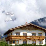 Wolkenguckloch zu Alpen mit Schneestreuseln