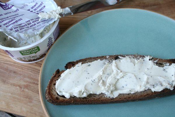 Kräuteraufstrich mit Brot