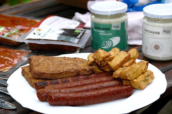 Vegan-Grillen mit Riesen Vegarnelen, Bärlauch Filets und veganer Chorizo