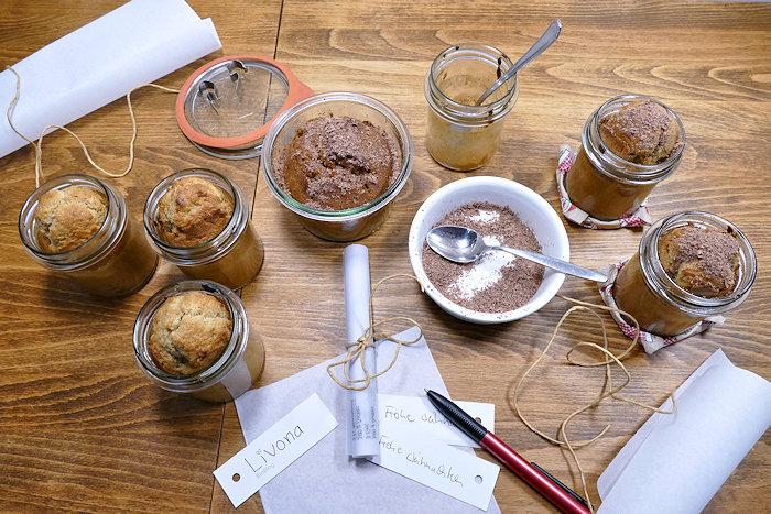 kleine Gläser mit Rührkuchen, Stift, Geschenkanhänger und Butterbrotpapier