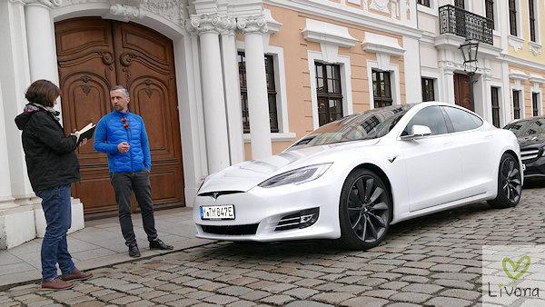 Tesla S weiss vor Taschenbergpalais