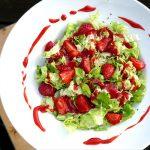 Salat mit Erdbeer-Dressing auf Teller