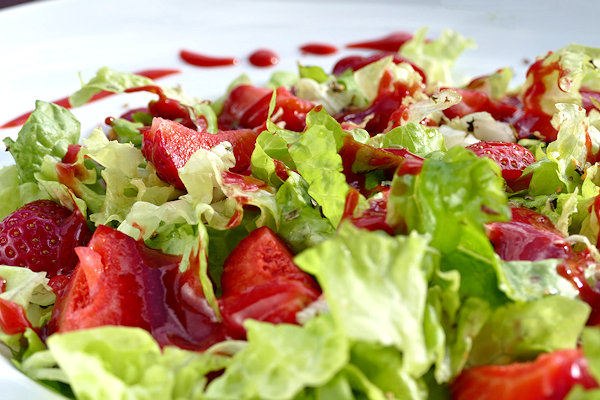 Salat mit Erdbeer-Tonka-Dressing