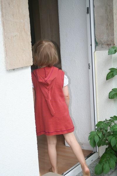 Mädchen mit Baumwollkleid