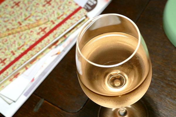 Bio-Rose Gens et Pierres Glas auf Tisch