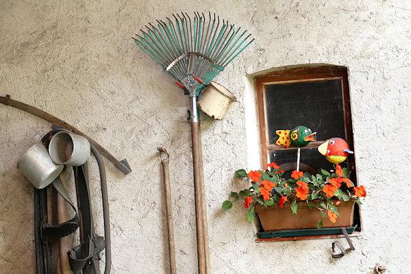 Hauswand mit landwirtschaftlichem Gerät