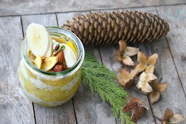 Glas mit Mangopüree und Haferflocken
