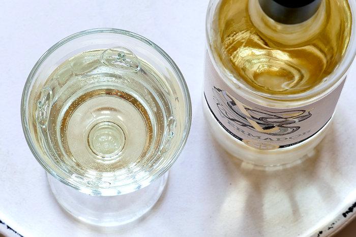 Vermador Bio-Weisswein im Glas