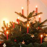 Weihnachtsbaum mit echten brennenden Kerzen