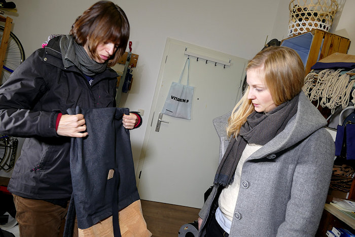 Zwei Frauen sehen sich eine Korktasche an