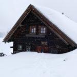 Die Perner-Hütte tief verschneit