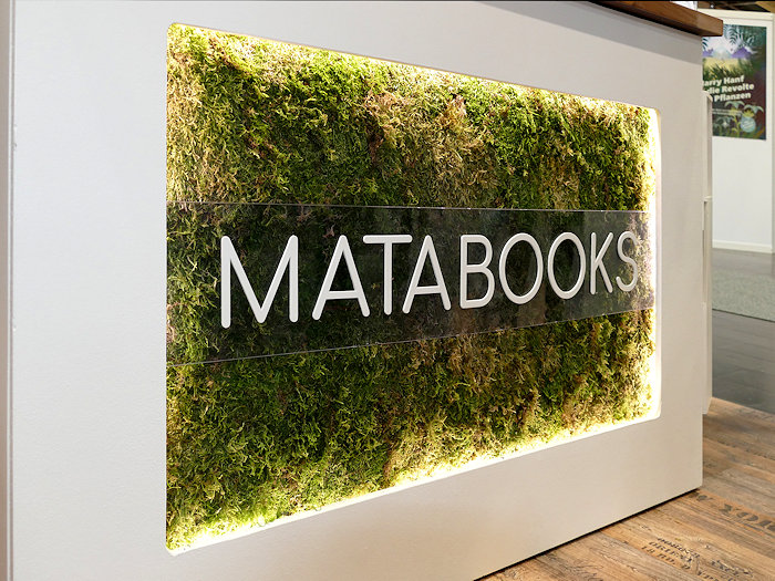 Matabooks Messestand Front mit Moos