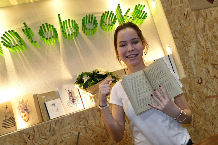Matabooks Sophie mit erstem Buch