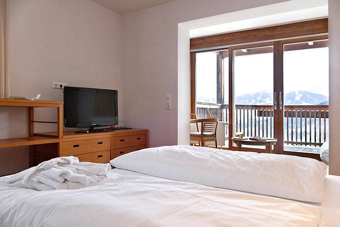 bett vorm fenster die vorhnge vorm fenster sind gut das. Black Bedroom Furniture Sets. Home Design Ideas