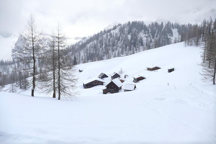 Schneelandschaft mit Holzhütten