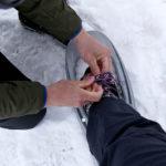 Schneeschuhe anziehen Gernot hilft