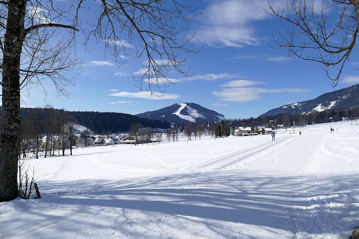 Winterwanderweg zum Ort Ramsau