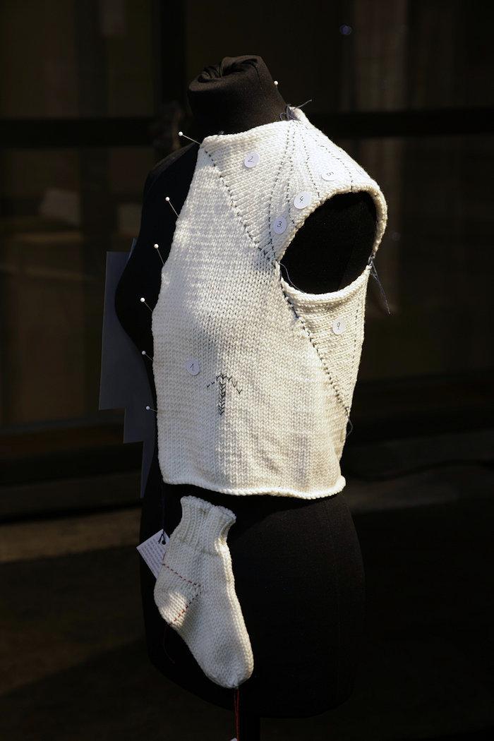 Von der Socke zum Kleid: die Technik zur Erstellung von Strumpfwaren auf Oberbekleidung angewandt