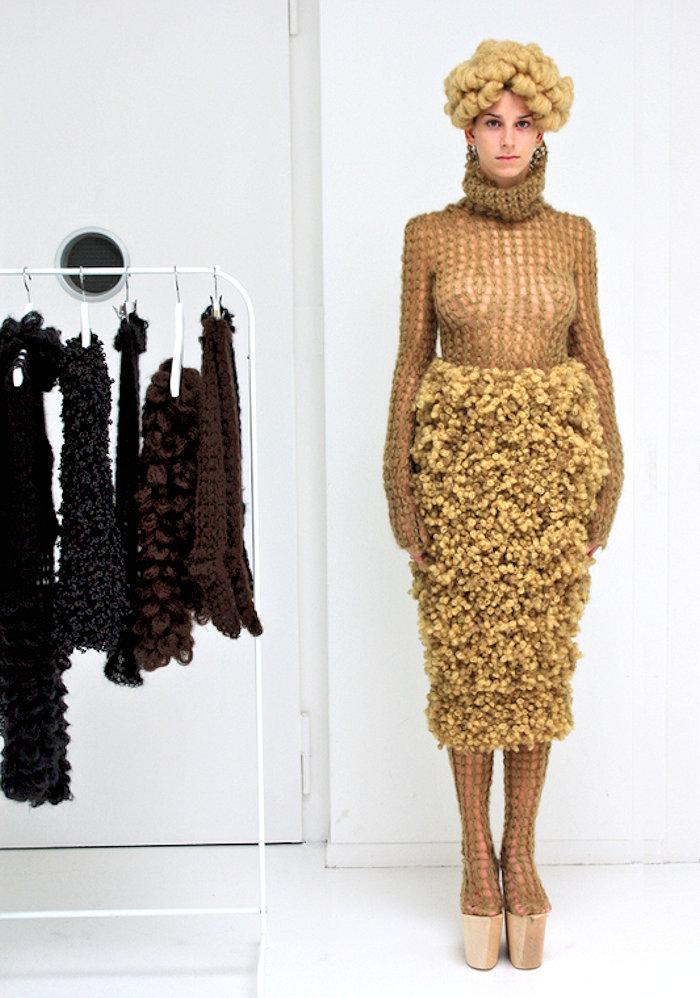 Coutureoutfit, u.A. bestehend aus einem Rock mit etwa 2000 handgemachten Kringeln