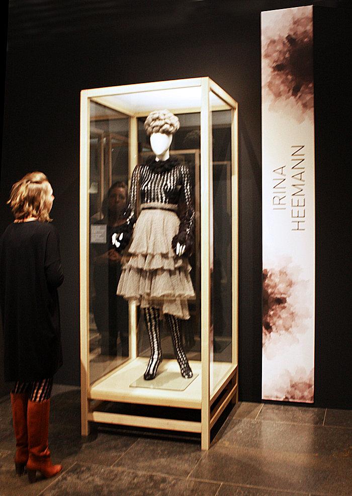 Irina vor ihrer Vitrine im Kölner Museum für Angewandte Kunst