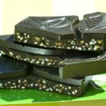 Bio-Algenschokolade in Stücke gebrochen