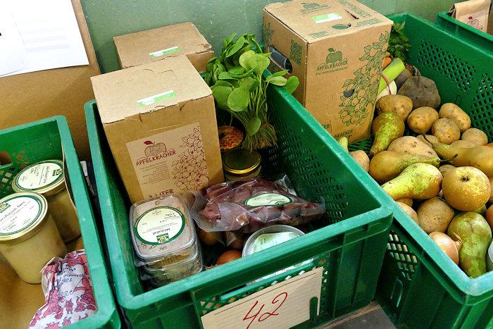 Kisten mit bestellten Waren sind gepackt