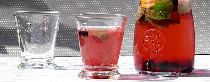 Aromatisiertes Wasser mit Zitone und Minze