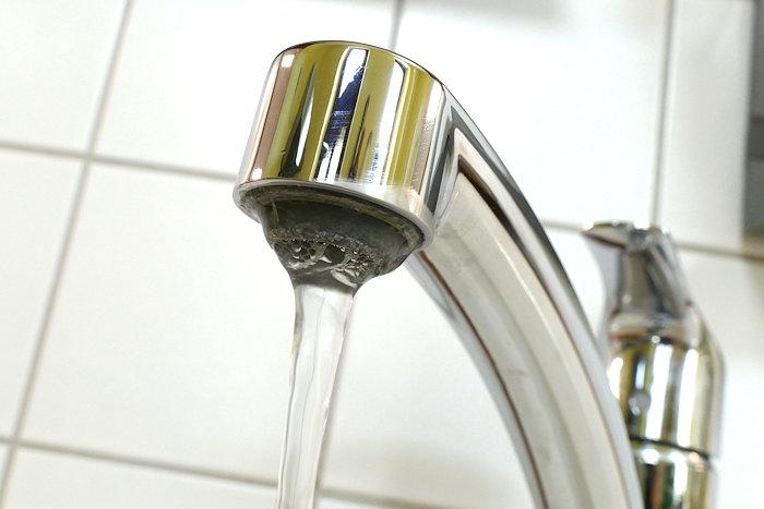 nickelfreies Wasser läuft aus Wasserhahn