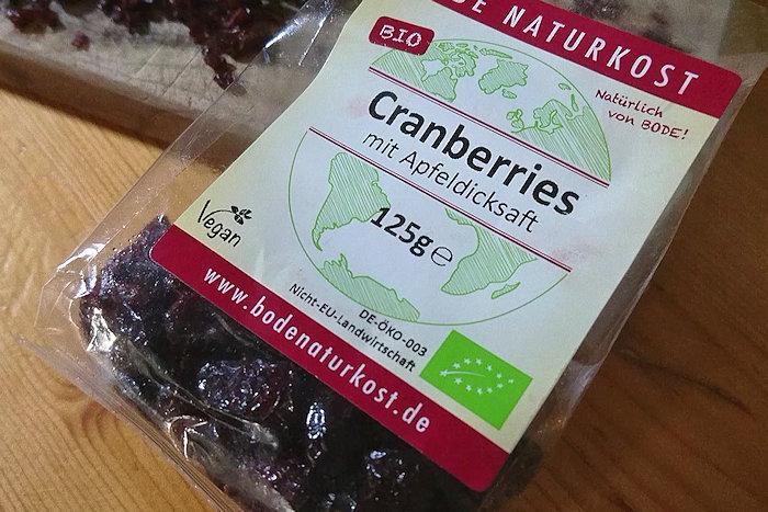 Durchsichtige Tüte mit getrockneten Cranberrys und goßflächigem Aufkleber mit Daten