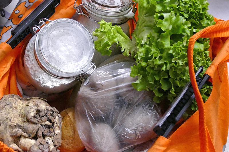 Bio-Lebensmittel im Depot zusammen gestellt