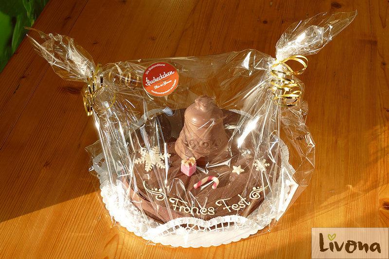liebevoll verpackte Schokoladentorte mit Füllung