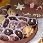 weihnachtliche Schokolade gefüllt mit Pralinen und GebäcknTorte