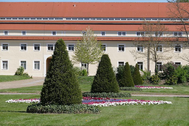 Teil der liebevoll gestalteten Gartenanlage im Innenhof von Schloss Hubertusburg.