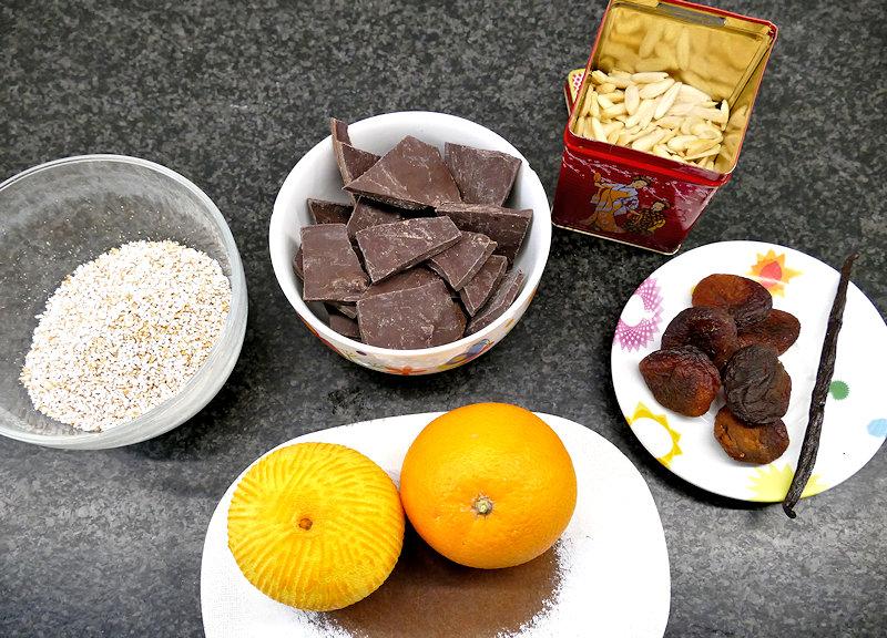 Zutaten für fruchtige Amaranth-Mandel-Crossies.