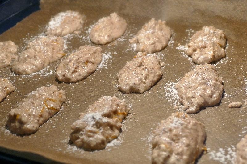 Amaretti-Pinienkern-Stangen auf Backpapier im Ofen.